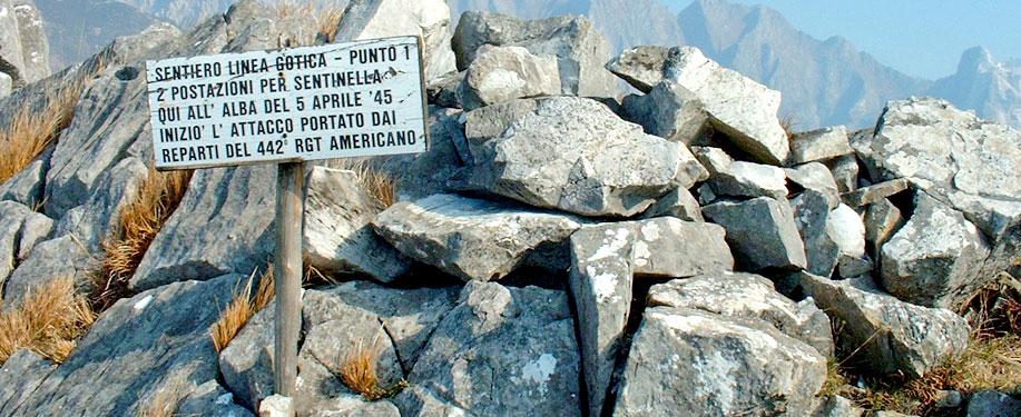 Un cartello indica il Sentiero Linea Gotica